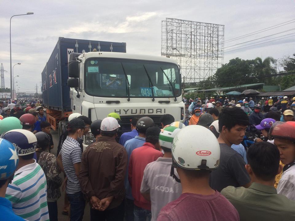 Hình ảnh thảm khốc vụ xe container tông 4 người chết ở Long An