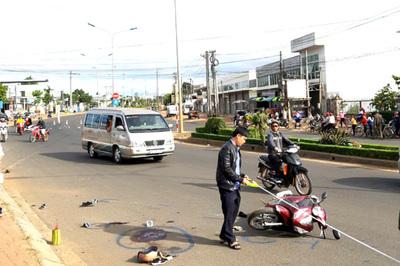 Ô tô khách húc văng 2 xe máy, 4 người thương vong