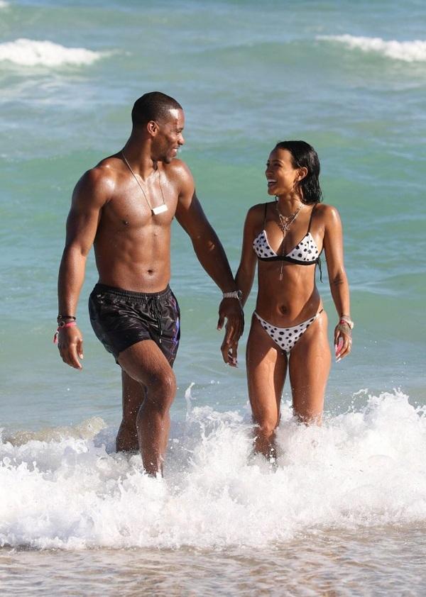 Người đẹp gốc Việt bốc lửa tắm biển cùng bạn trai ở Miami