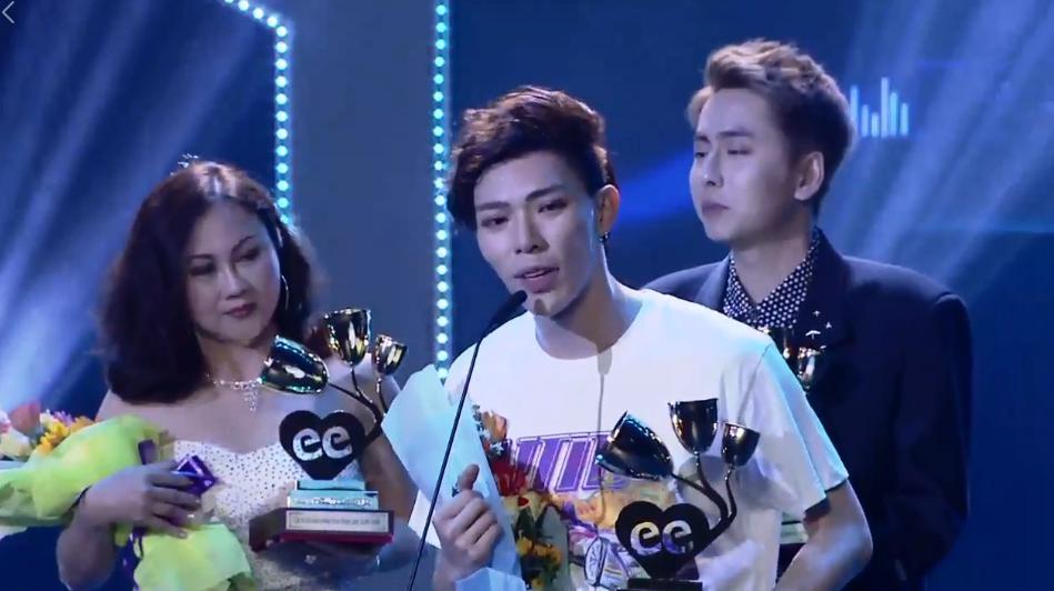 Đông Nhi đoạt Ca sĩ của năm, Bích Phương thắng lớn nhờ 'Bùa yêu'