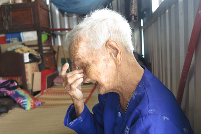 Bà lão Sài Gòn tuổi 84 mỏi mòn nơi góc vườn tìm con gái đi lạc