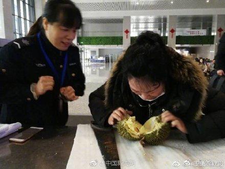 Không được mang sầu riêng lên tàu, nữ khách ăn luôn tại ga