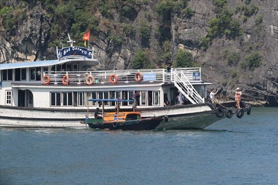 'Tử thủ' hàng rong tự đánh đắm tàu giữa vịnh Hạ Long