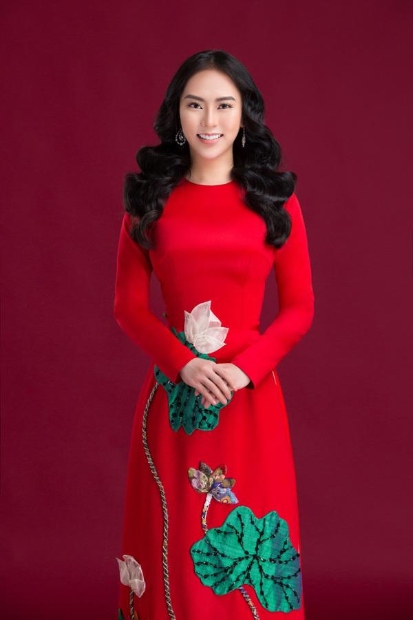 Thu Hoàng dịu dàng trong bộ áo dài truyền thống