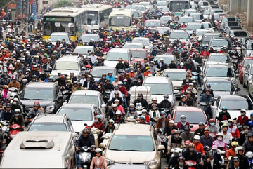 Ô tô chiếm chỗ gấp 20 lần xe máy: Giao thông Hà Nội nguy cơ tê liệt