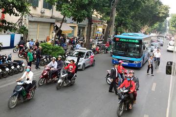 Chẳng mấy ai dám đi làm bằng xe buýt ở Hà Nội: Sự thật cần thay đổi
