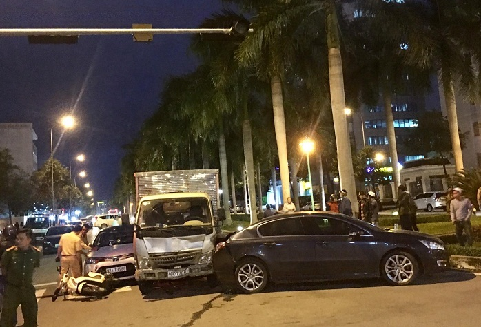 Xe tải tông loạt ô tô, xe máy dừng đèn đỏ ở Đà Nẵng