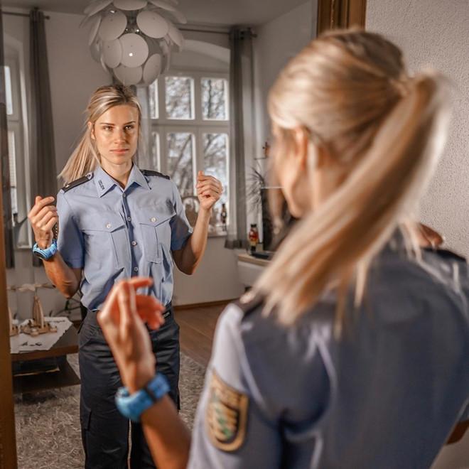 Nữ cảnh sát Đức xinh đẹp gặp rắc rối vì nổi tiếng trên mạng