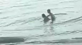 Cặp đôi thản nhiên 'làm chuyện ấy' ngay tại bãi biển công cộng