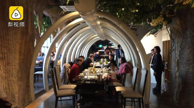 Nhà hàng chỉ thuê cử nhân làm bưng bê, lương gần 700 triệu/năm