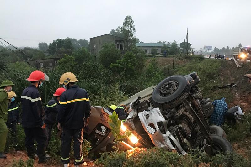 Xe tải lao vực, phụ xe chết kẹt trong cabin bẹp dúm
