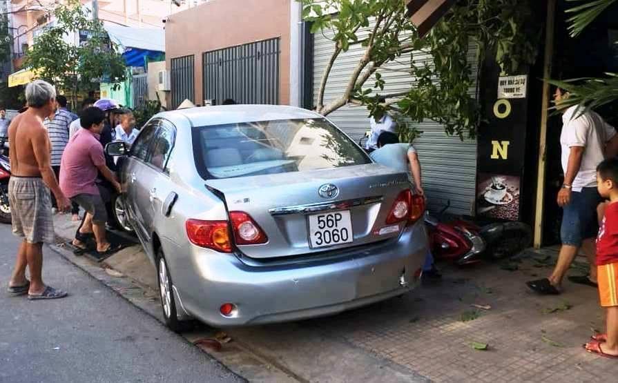 Quý bà Sài Gòn lái xe tông loạn xạ, nhiều người tháo chạy