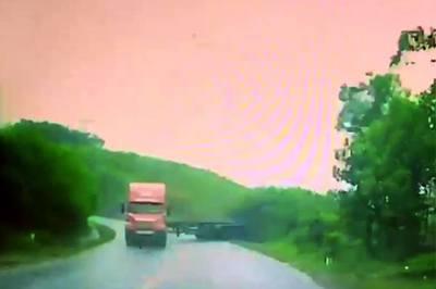 """Suýt chết vì tài xế xe công-ten-nơ """"biểu diễn"""" drift đổ đèo"""