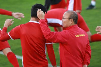 Thầy Park vuốt tóc Tiến Linh, nhắc riêng Quang Hải