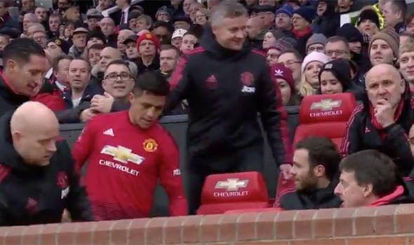 Được thay ra, Sanchez ngồi ngay 'ghế nóng' của Solskjaer