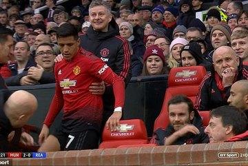 """Được thay ra, Sanchez ngồi ngay """"ghế nóng"""" của Solskjaer"""