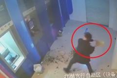 Bị nuốt thẻ, gã say điên tiết đập nát 4 cây ATM