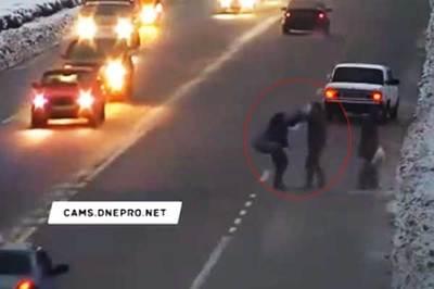Hai cô gái bị tài xế đấm vào mặt vì sang đường sai luật