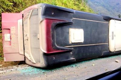 Xe khách lật, đè chết người đi xe máy ở Sa Pa