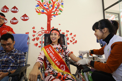 Hoa hậu Tiểu Vy vượt sợ hãi, lần đầu hiến máu