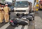 Xe tải 'quét' hàng loạt xe máy, nhiều người bị thương ở Sài Gòn