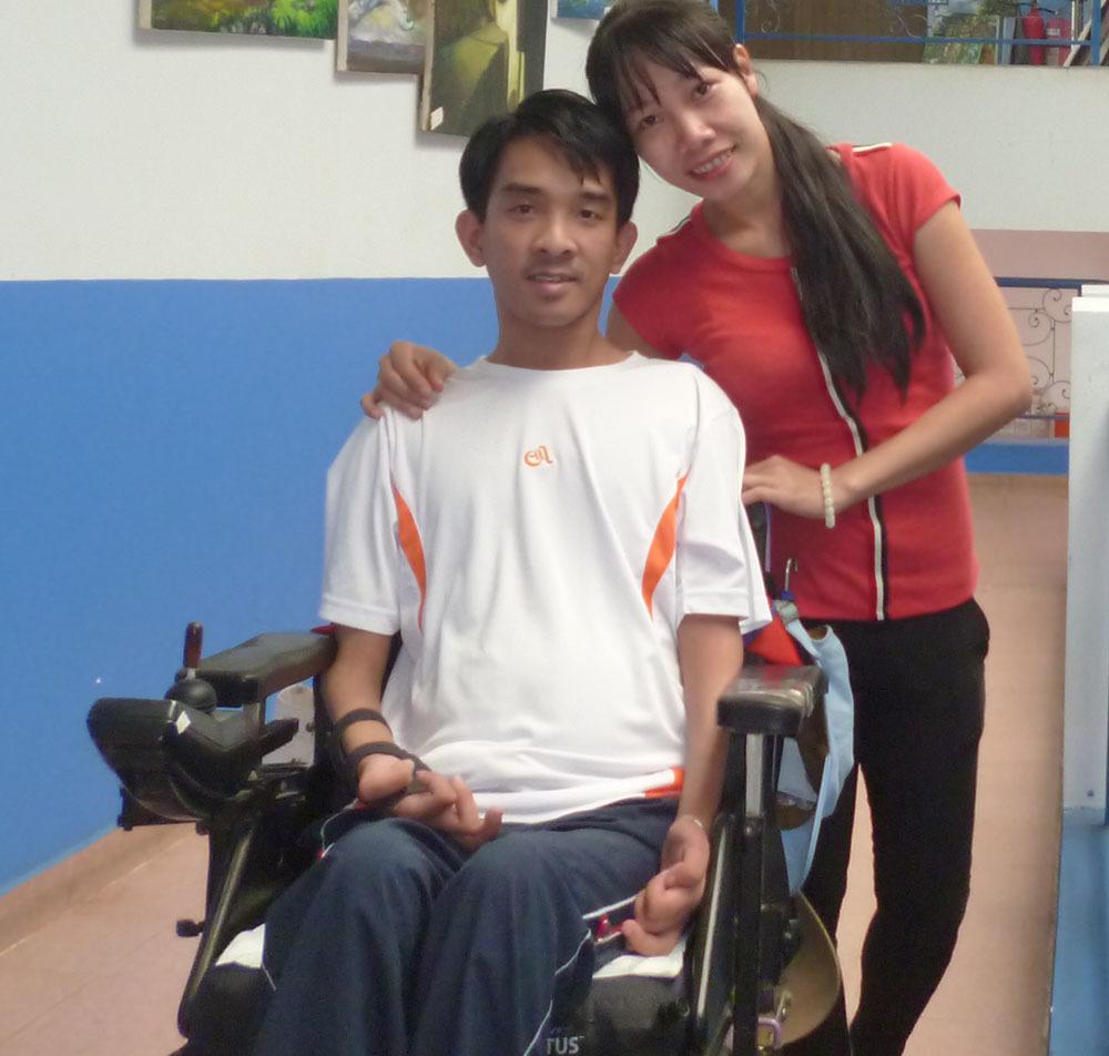 Thầy giáo Thanh Hóa khóc khi được vợ đẩy xe lăn vào hôn trường