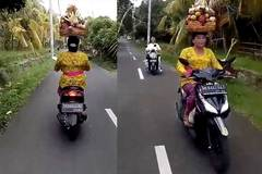 Độc lạ: Đội giỏ cây nặng trĩu, phóng xe máy vù vù