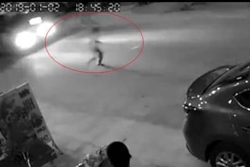 Đuổi theo quả bóng ngoài đường, cậu bé suýt bị ô tô đâm