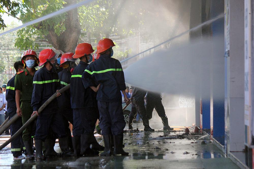 Biển lửa thiêu rụi cửa hàng xe máy, khói đen bốc ngợp trời