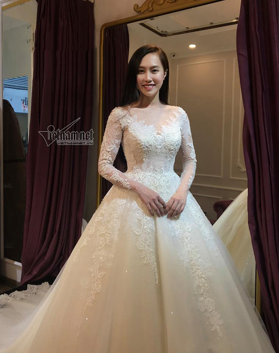 NSND Trung Hiếu dẫn bạn gái kém 19 tuổi thử váy cưới