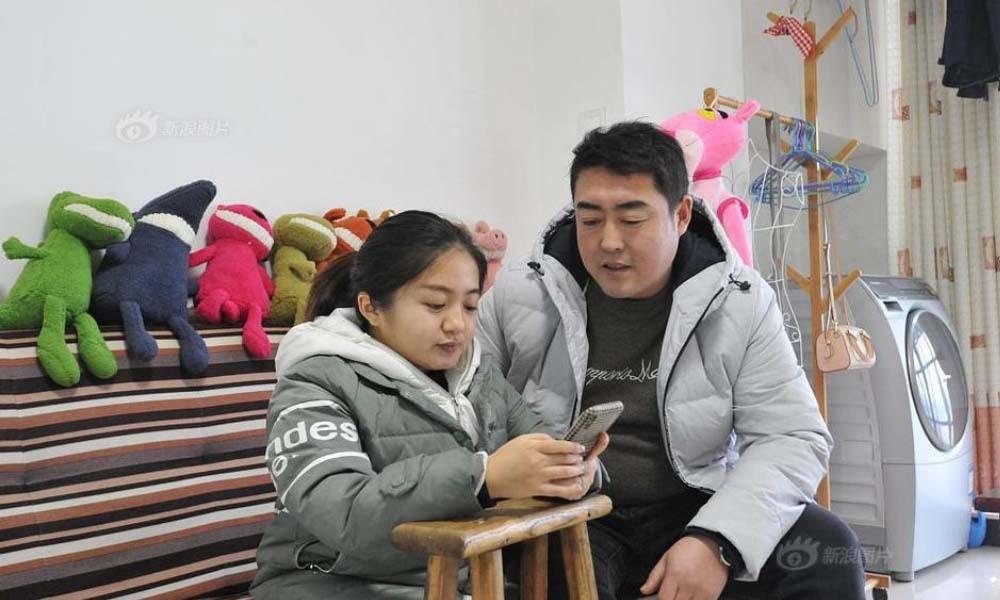 Chàng trai vượt 1000 cây số mỗi ngày để chăm sóc bạn gái cao 1,2m