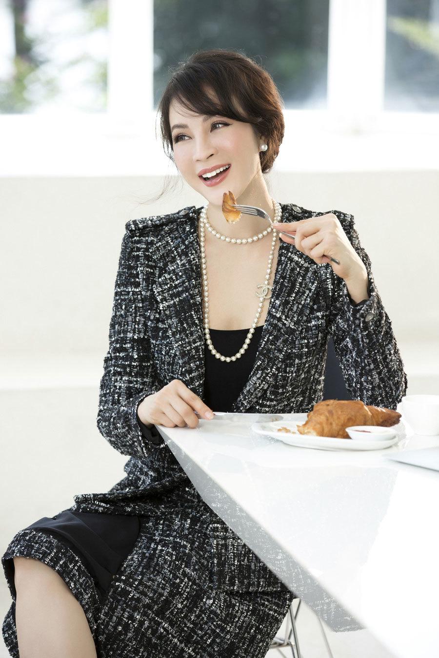 U50 MC Thanh Mai vẫn diện vest xẻ ngực gợi cảm
