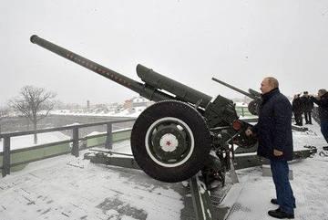 Xem Putin đầu trần khai hỏa lựu pháo giữa trời tuyết