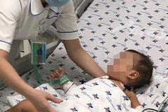 Uống nhầm thuốc trừ sâu trong chai trà xanh, bé trai 15 tháng tuổi nguy kịch