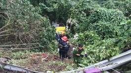 Xe khách lao xuống vực trên đèo Hải Vân, 1 nữ sinh tử vong