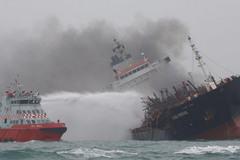 Tàu dầu treo cờ Việt Nam bốc cháy ngoài khơi Hong Kong