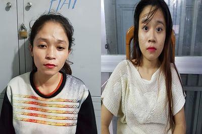 2 cô gái trẻ móc iPhone giữa ngã tư đường phố Sài Gòn