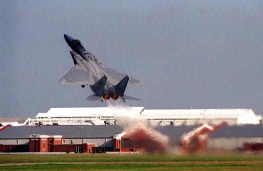 Chiến cơ F-15 rơi kính buồng lái, phi công rét cóng