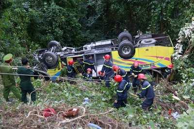 Hiện trường vụ tai nạn trên đèo Hải Vân: Xe khách lật ngửa dưới vực