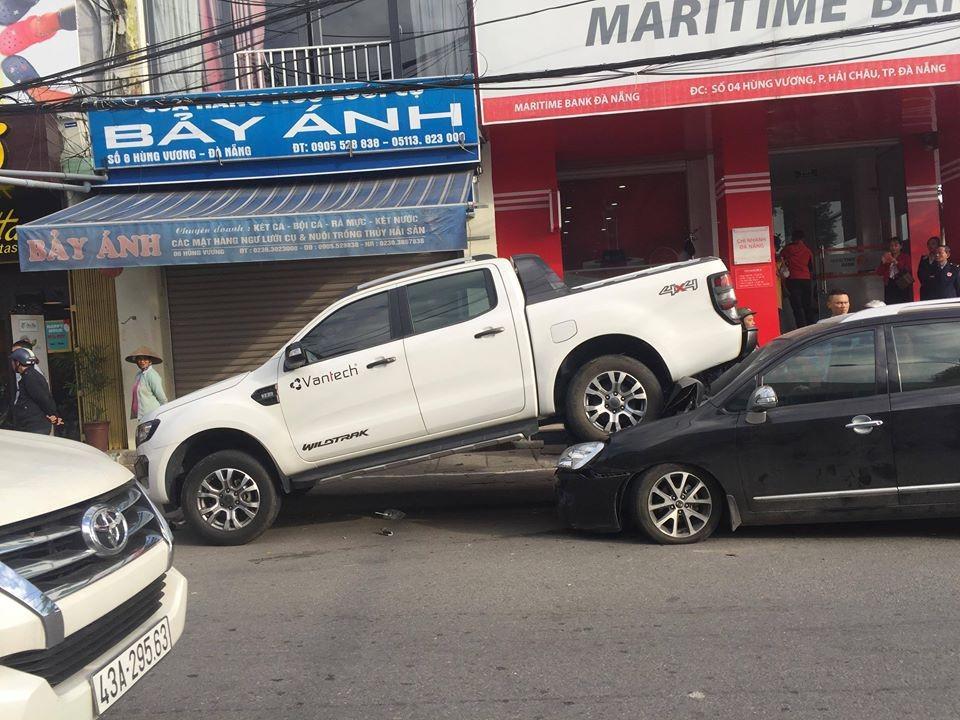 Tay lái non, tài xế Ford Ranger lùi đè bẹp ô tô sau