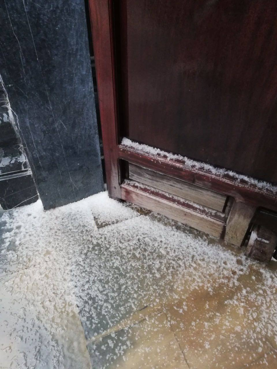 Chưa từng có: Mưa và tuyết cùng rơi phủ trắng Fansipan
