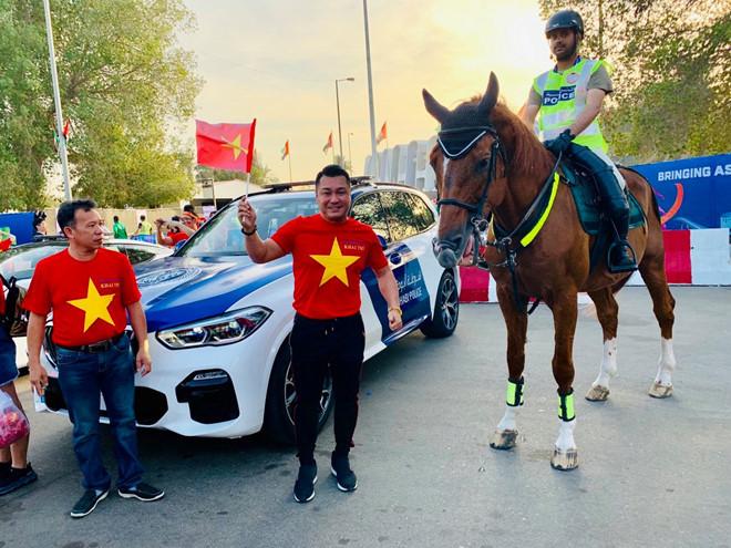 Diễn viên Lý Hùng cùng nhiều cổ động viên tới UAE cổ vũ tuyển Việt Nam
