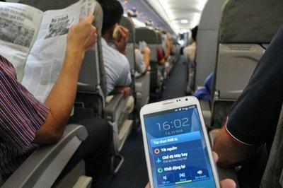 Khổ vì tiếng chuông điện thoại trên máy bay