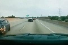 Chuyển làn ở tốc độ cao, 3 chiếc ô tô drift trên đường cao tốc