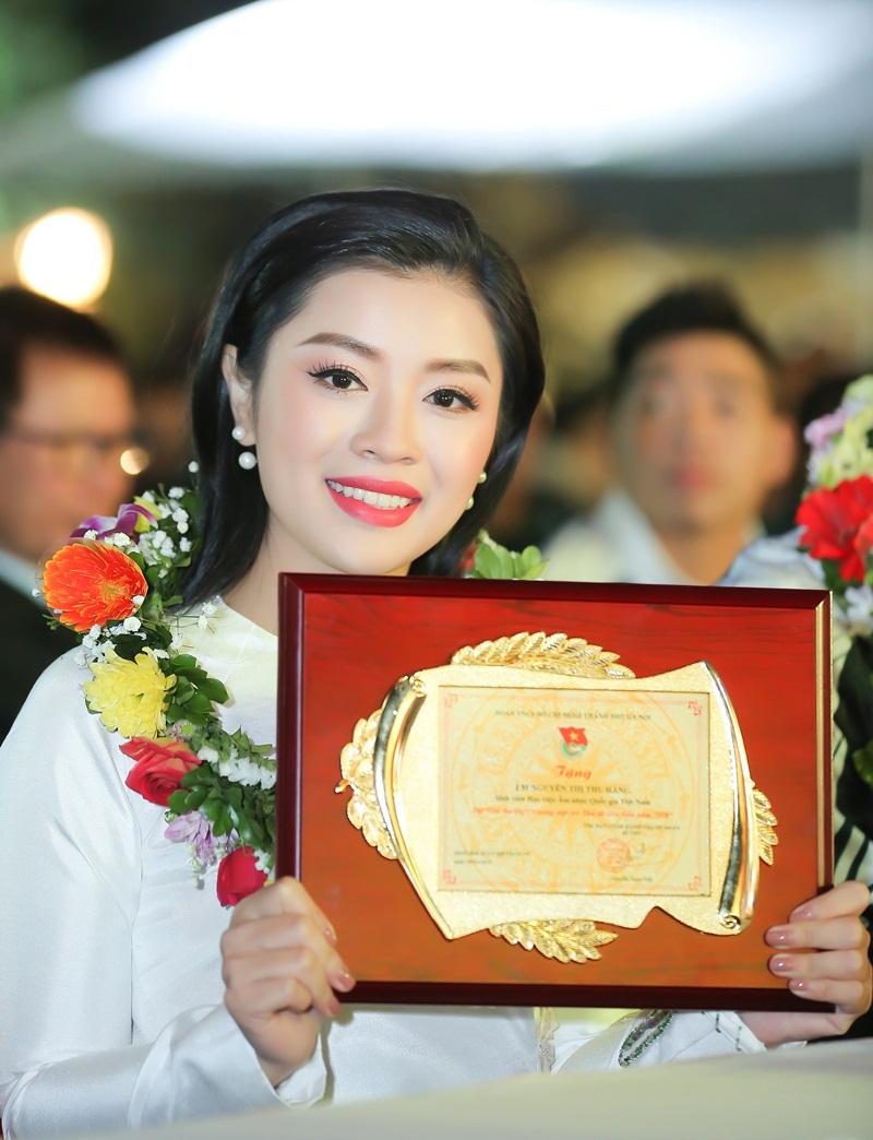 Ca sĩ Thu Hằng và tiền vệ Quang Hải đoạt 'Gương mặt trẻ Thủ đô 2018'
