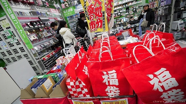 Người Nhật phát cuồng với túi may mắn mỗi dịp Năm mới
