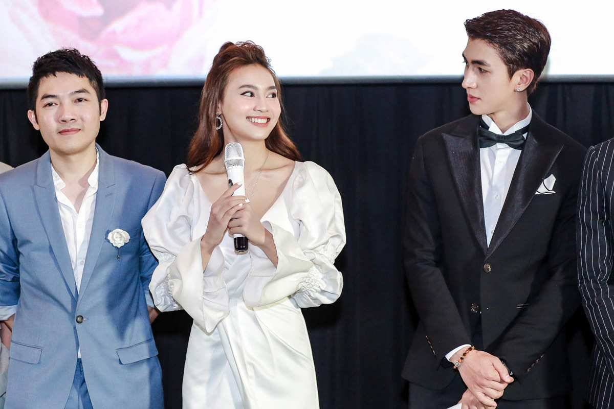 Chi Pu, Lan Ngọc gợi cảm khoe vòng 1 buổi ra mắt phim mới