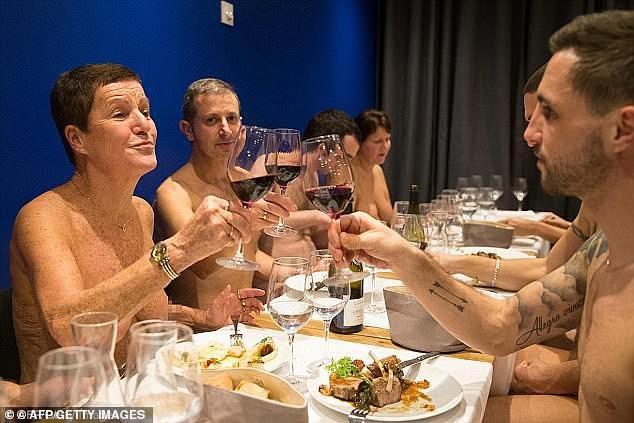 Nhà hàng cho khách khỏa thân khi dùng bữa: Hân hoan rồi phải đóng cửa