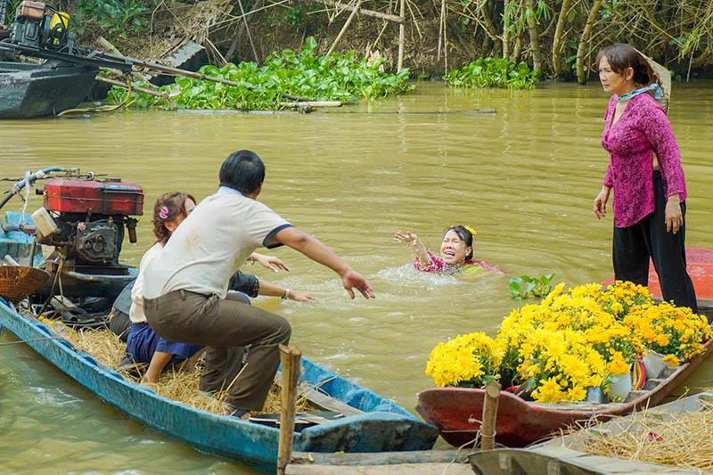Danh hài Việt Hương túm tóc tát tới tấp Lê Giang trên phim