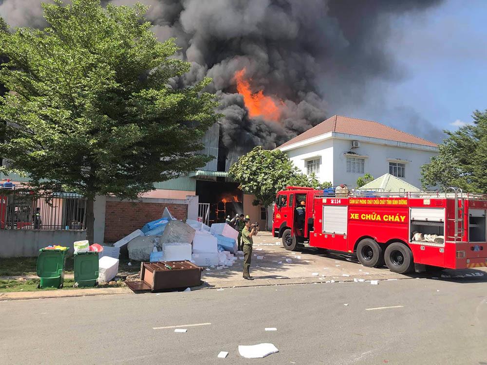 Cháy rực xưởng gỗ hàng ngàn mét, khói đen kịt bốc ngùn ngụt